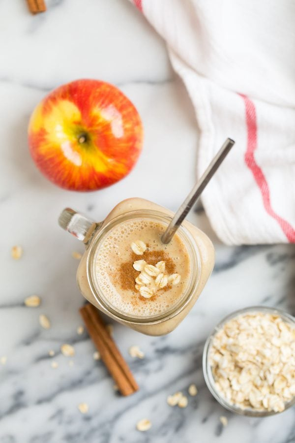 A mug with a healthy vegan Apple Smoothie that's low in calories and great for detox