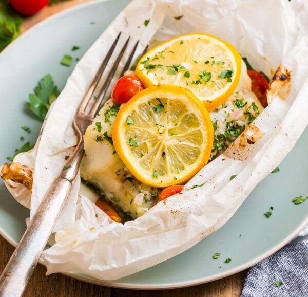 Easy fish en papillote with fresh lemon slices and tomatoes