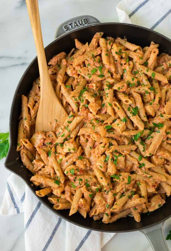 A large skillet full of penne vodka and chicken