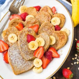 Banana Oatmeal Pancakes. Healthy oat pancakes made with no butter, no flour, and no sugar! Easy recipe with NO clean up, and kids love them too! Recipe at wellplated.com | @wellplated