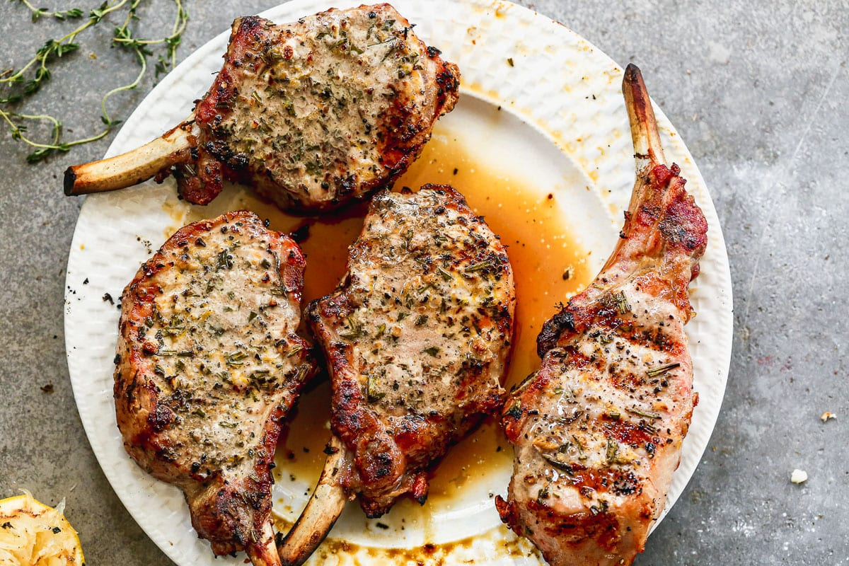 the perfect grilled pork chops with rub and juices
